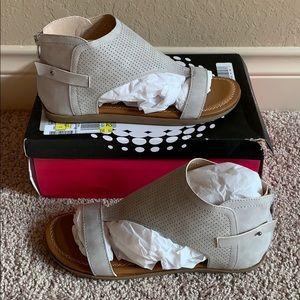 NIB 2 Lips Too, Too Cooper Flat Zip Back Sandals